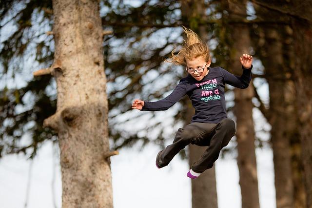 holčička při výskoku
