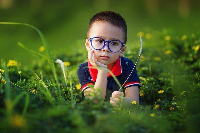 chlapec s modrými brýlemi